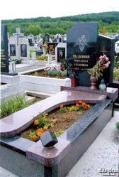 Гранитные комплексы на кладбище